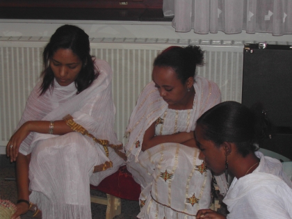 Die Äthiopierinnen Meron, Rahel und Sanait zelebrieren die äthiopische Kaffee-Zeremonie