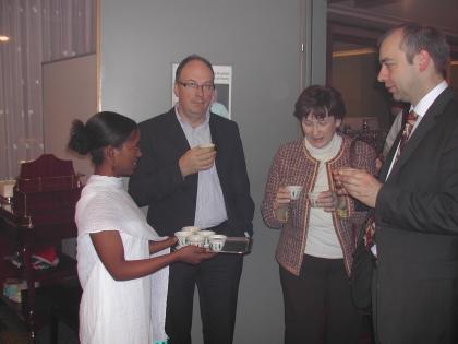 Nach dem Vortrag schmeckt ein Tässchen des original äthiopisch zubereiteten Kaffees