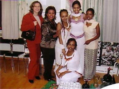 A. Bahmou, Generalsekretärin und Almaz Böhm,  die äthiopischen Mädchen Rachel, Meron, Senait und Aster