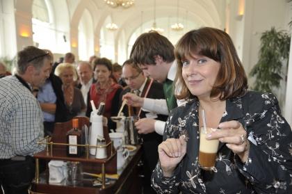 Modaratorin Frau Martina Rupp beim Verkosten einer flambierten Kaffeespezialität
