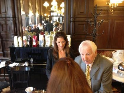 Prof. Leopold Edelbauer mit Fr. Chef-Dipl.-Kaffee-Sommeliére und Qualitätsrösterin Monika Hauswirth.