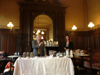 Prof. Leopold Edelbauer und Fr. Chef-Dipl.-Kaffee-Sommeliére und Qualitätsrösterin Monika Hauswirth.