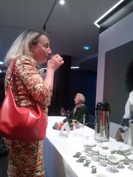 Besucherin beim Verkosten von äthiopischen Kaffee