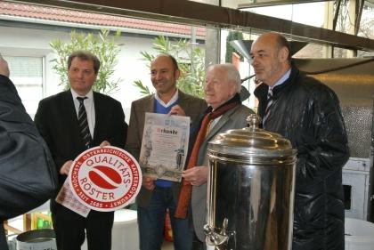 Urkundenüberreichung an den Qualitätsröster Herrn Friessnegg  v.l.n.r.: Hr.Madar, Hr.Friessnegg, Hr.Prof.Edelbauer, Hr.Bürgermeister Manfred Wegscheider