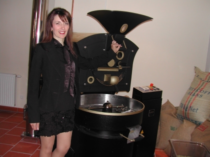 Chef-Dipl.-Kaffee-Sommelierè Monika Hauswirth vor ihrem Trommelröster  2 Beans Kaffee&Rösterei, Kleinhöfleiner Hauptstr.8, 7000 Eisenstadt