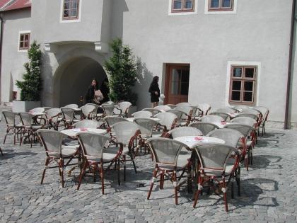 Lokal und ein wunderschöner Schanigarten in einem Gebäude aus dem 16.Jahrhundert