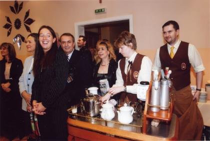 Das Institut für Kaffee-Experten_Ausbildung gratuliert und stellt sich bei Freund Peppino mit der Kaffe-Versorgung für sein Fest ein.