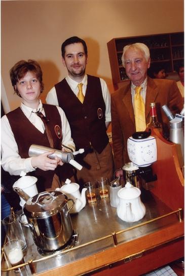 Kaffee-Expertin Mag. Alexandra Suchomel und Diplom-Kaffeesommelier Dieter Zirngast verwöhnten die Gäste mit Kaffe, zubereitet auf dem Kaffeesommelier-Wagen.  Institutspräsident Prof. Leopold J. Edelbauer schaut nach dem Rechten.