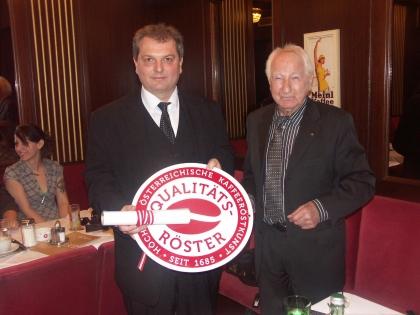 Markus Madar, Chef der Kaffeehausbetriebe Madar mit Zentrale in Melk, wurde als erstem Röster am 18.01.2013 das Signet in Emaille