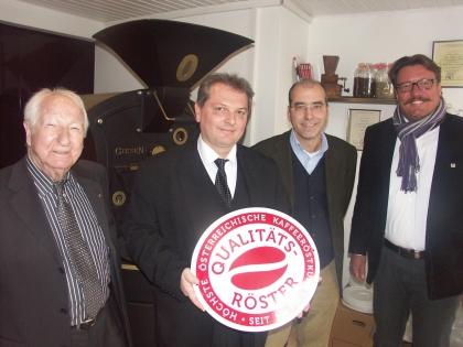 Auch Dr.Andreas Nunzer, Bezirksstellenleiter WKO Melk, und Peter Rath, Wirtschaftsstadtrat Melk, gratulieren dem Ausgezeichneten.