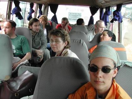 In diesem Bus geht die Reise in den Südwesten des Landes, dorthin, wo der Kaffee wächst.