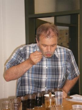 Hans Martin Simon beim Verkosten von frisch geröstetem Kaffee