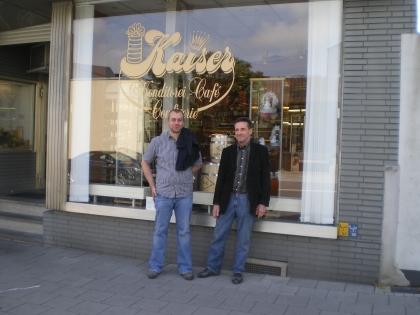 Johann Zach und Uwe Liebergall vor Liebergalls Konditorei-Café Kaiser