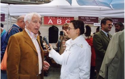 Prof. Leopold J. Edelbauer wird fürs Radio interviewt.