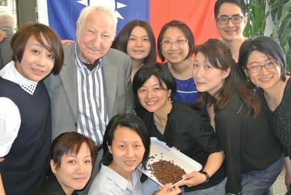 Hr. Prof.L.Edelbauer mit Fr. Chef-Dipl.-Somm. Cheng (2te von re-vorne) und den KursteilnehmerInnen aus Taiwan.