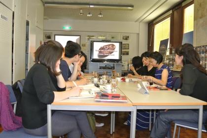 Mit Dolmetscherin, Fr. Chef-Dipl.-Somm. Cheng (re vorne), wird fleißig gearbeitet und die Infos niedergeschrieben.