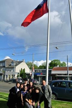 Vor der VHS Hietzing wird die Flagge von Taiwan gehisst.