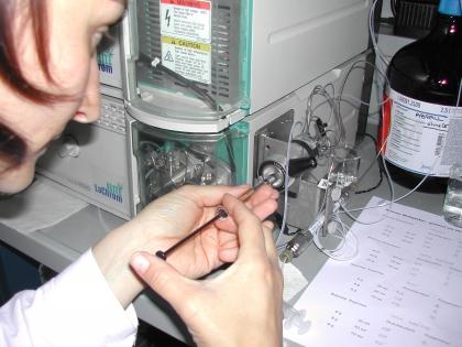 Der Kaffee wrid in das Ananlyse-Gerät eingespritzt