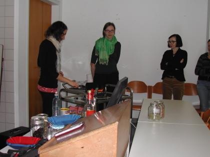 Frau Prof.Dr.Dorota Majchrzak (3.v.links) überwacht aufmerksam Ihre Studentinnen.