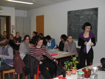 Frau Prof. Dr. Dorota Majchrzak teilt die Studenten in Gruppe ein.  Die Aufgabenstellung: Untersuchung des Kaffees auf Alkaloide