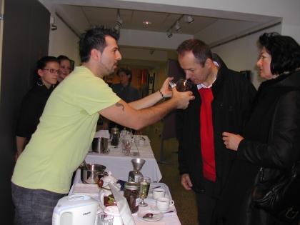 Dipl.Somm.Luca Lentini lässt Gast an frisch geröstetem Kaffee riechen