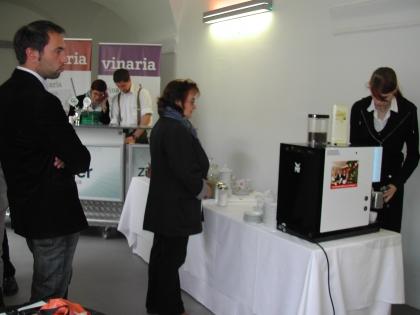 Kaffee-Sommelier Markus Madar aus Melk bietet den Weinverkostern einen hervorragenden selbstgerösteten Kaffee ebenfalls zur Verkostung