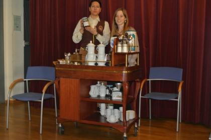 Frau Gerlinde Mock und Frau Marion Horvath MSc. bereiten den frisch gerösteten äthiopischen Kaffee mit der Karlsbader Kanne zu