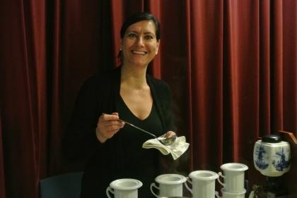 Fr. Gerlinde Mock gießt die Karlsbader Kannen auf für die Verkostung.