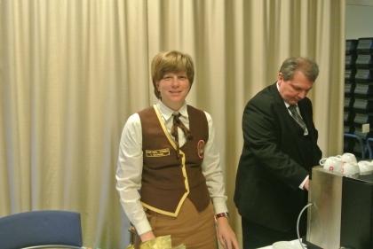 Hr. Markus Madar, MAS bedient die Espresso-Maschine und Frau Dr. Alexandra Suchomel gibt die Mehlspeisen von der Konditorei Groissböck aus.