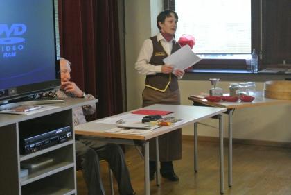 Fr. Karin Weidinger-Strasser begleitet durch das Programm.