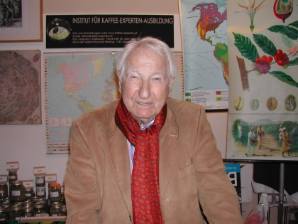 Prof.Leopold J.Edelbauer, der Chef des Instituts für Kaffee-Experten-Ausbildung, informiert umfassend.