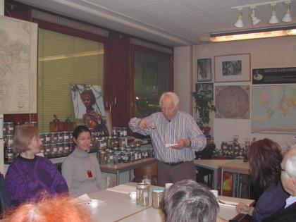 Prof.Edelbauer zeigt, wie Kaffee richtig verkostet wird.