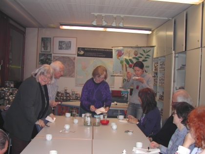 Zum Abschluss der Veranstaltung probieren alle Teilnehmer das richtige Verkosten verschiedener Kaffees.