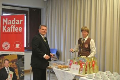 Hr. Markus Madar und Fr. Dr. Alexandra Suchomel bauen die Station mit den Mehlspeisen von