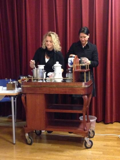 Fr. Nadja Braunstingl und Fr. Gerlinde Mock bereiten die Karlsbader Kannen zu.