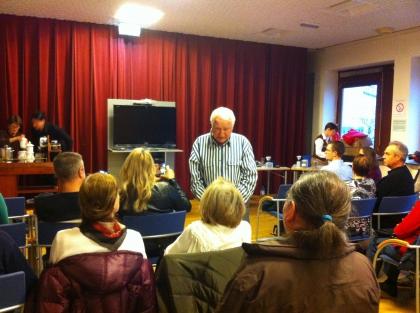 Hr. Prof. Leopold Edelbauer beantwortet die Fragen des Publikums
