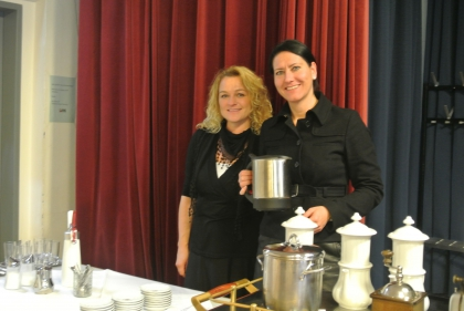 Der frisch geröstete mexikanische Kaffee wird von Fr. Nadja Braunstingl und Fr. Gerlinde Mock in der Karlsbader Kanne für das Publikum zubereitet.