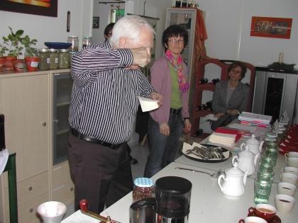 Prof. Edelbauer zeigt vor, wie richtig verkostet wird.  Nicht nur Frau Ing. Anna Detschmann und Frau Dir. DI Angelika Schwendiger schauen interessiert zu.