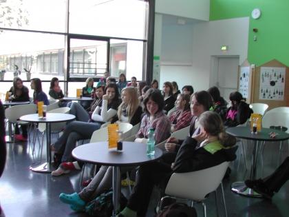 Interessierte Schüler beim Kaffee-Seminar