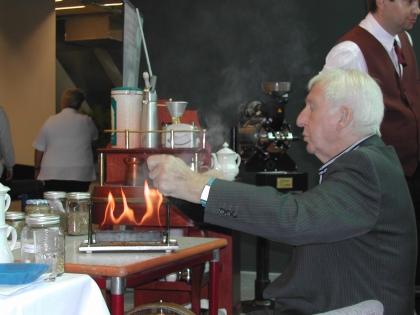Prof.Edelbauer beim Kaffeerösten am Messestand