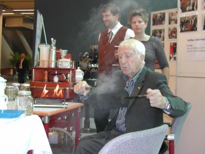 Bald ist der Kaffee fertig geröstet.  Im Hintergrund Dipl.Somm.Dieter Zirngast und Dipl.Somm.Mag.Alexandra Suchomel.
