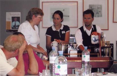 Frau Brandstätter am Sommelier-Wagen im Gespräch mit Frau Maierhofer