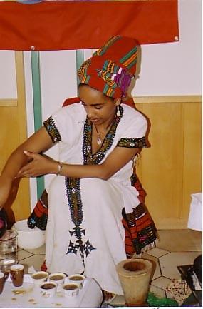 Äthiopisches Mädchen in Landestracht bei der Kaffee-Zeremonie
