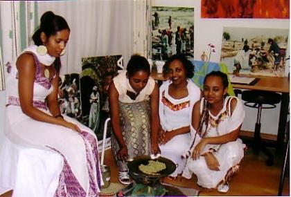 Äthiopische Mädchen bei der Kaffee-Zeremonie, Kaffee-Rösten
