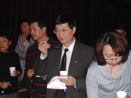 Bei der Verkostung der Botschaftsrat für Kultur Jia Jianxin