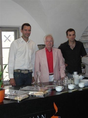 Kresimir Weller-Jozinovic (rechts), ebenfalls ein Schüler von Prof.Edelbauer, kommt aus Berlin zur Eröffnung.