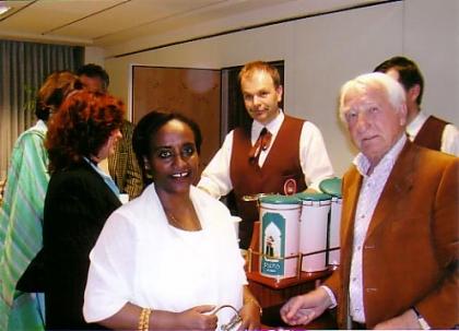 Event mit der Äthiopischen Botschafterin in Wien, H.E. Halima Mohammed, und Prof.Leopold J.Edelbauer, im Hintergrund Chef-Dipl.Kaffeesomm.H.M.Simon