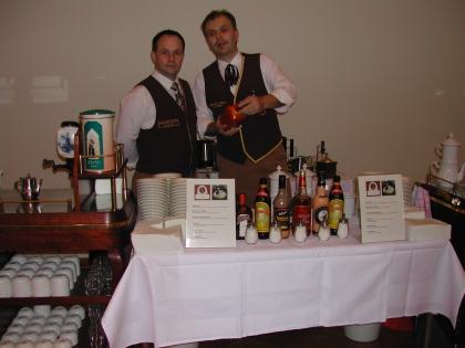 Die Chef-Diplom-Kaffeesommeliers Heschl und Simon bei den Vorbereitungen.