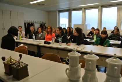 Frau Prof.Dr.D.Majchrzak macht die Einführung zu einem Kaffeevortrag von Prof.L.J.Edelbauer