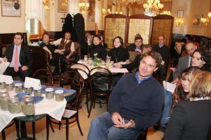 Publikum bei der Pressekonferenz vorne rechts Mag. Bernhard Krumpel, Schatzmeister des Institutes